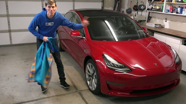 Uhiuus Tesla Model 3. Kaader: Youtube