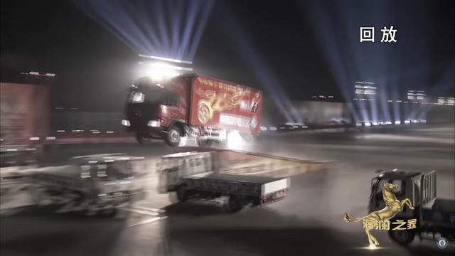 Hüpe veoautoga. Kaader: Youtube