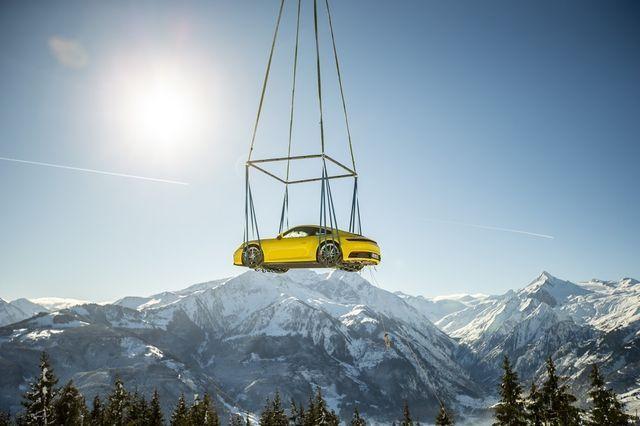 Porsche lendas Alpide kohal. Foto: Porsche