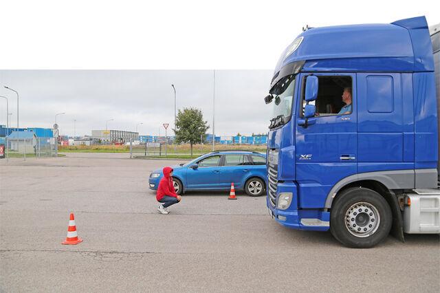 Sama olukord teise nurga alt: ühestki aknast ega peeglist ei näe sohver sõiduautot ega last. Foto: Tõnis Tuuder