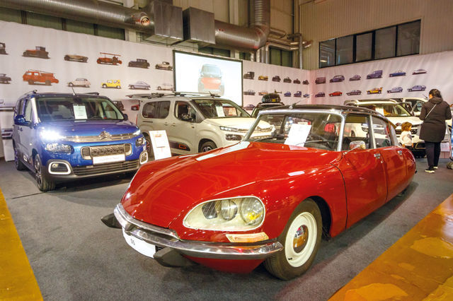 Citroëni stend oli kujundatud margi 100. sünnipäeva vaimus. Mõistagi olid väljas uued autod, kuid väljapaneku tagaseinal oli kujutatud ajaloolisi mudeleid ning ajaloolisse DS21 sai ka sisse istuda. Foto: Pille Russi