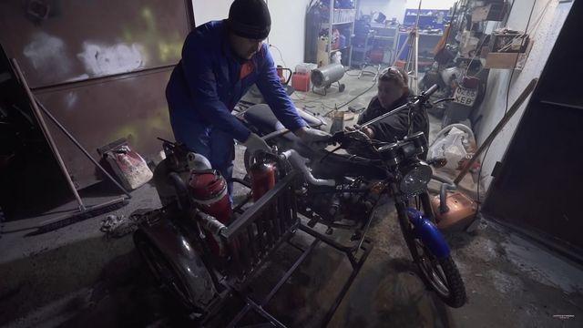 Puugaasil töötav mootorratas. Kaader: Youtube