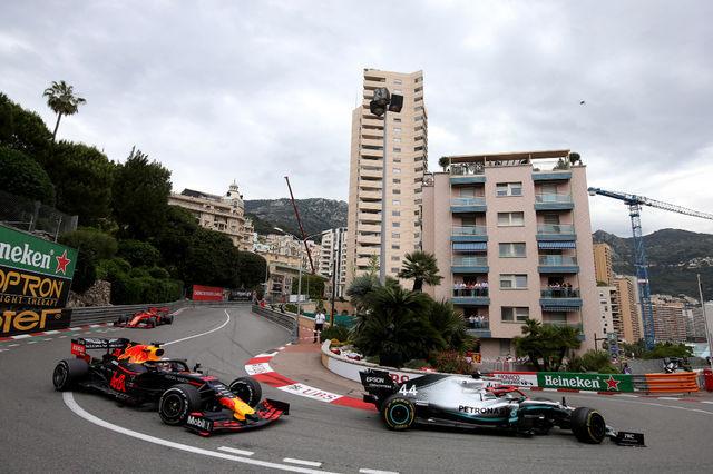 Max Verstappen püsis tihedalt Lewis Hamiltoni kannul terve võistluse kestel, aga tiitlikaitsja suutis hollandlase ka kulunud rehvidega kuni finišini seljataga hoida. Foto:  Red Bull Content Pool